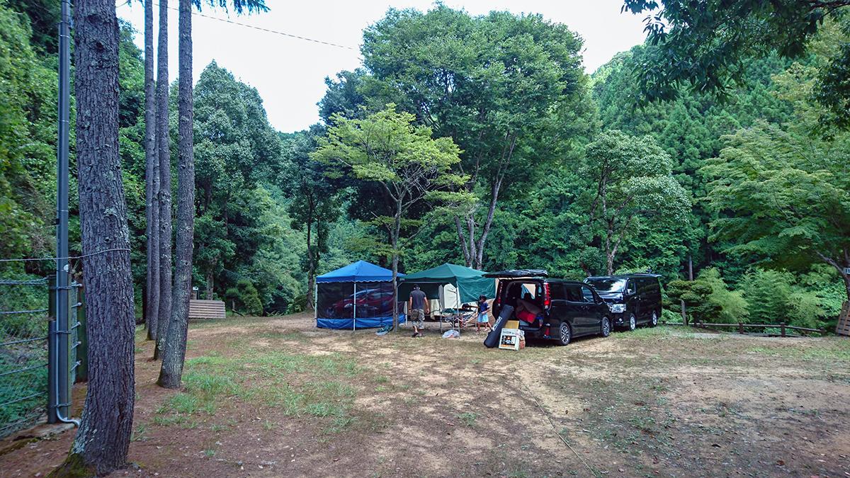 森林に囲まれたキャンプ場