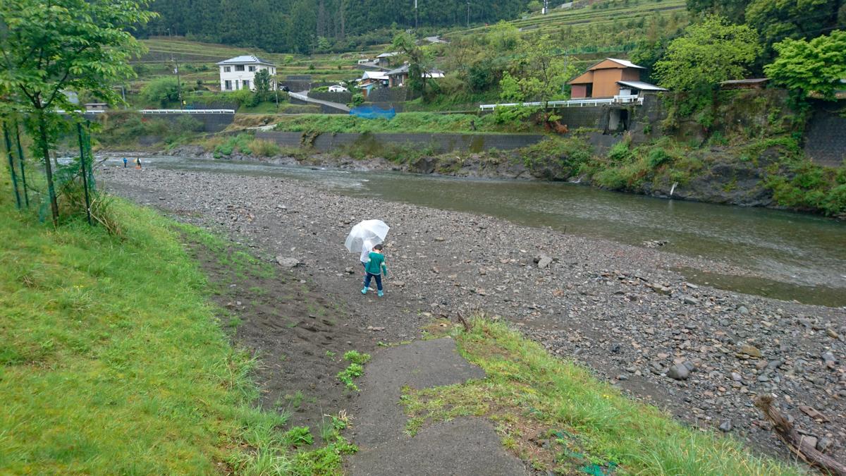 キャンプ場すぐ隣の川