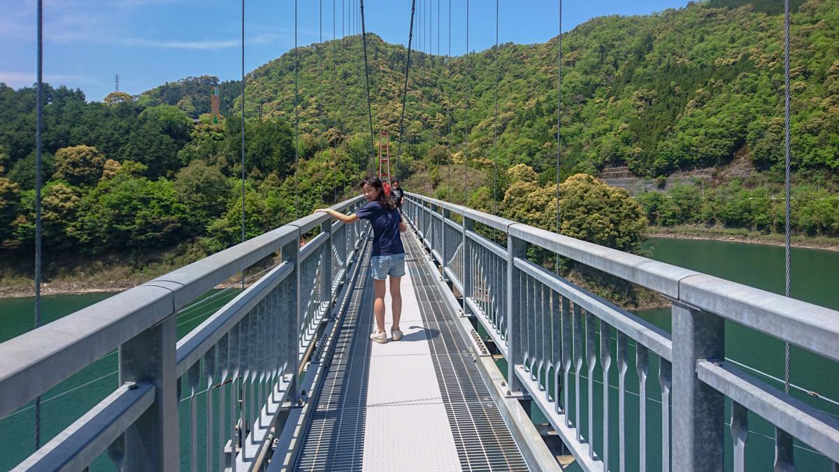 吊り橋を渡る長女