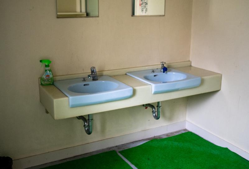 シャワー室の洗面所
